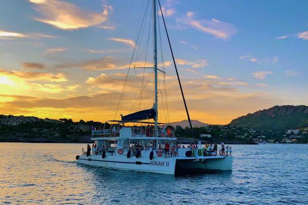 Sortie en mer coucher de soleil sur le maxi-catamaran Ninah II