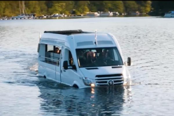 Un Minibus Hybride Amphibie en mode Slow Tourism